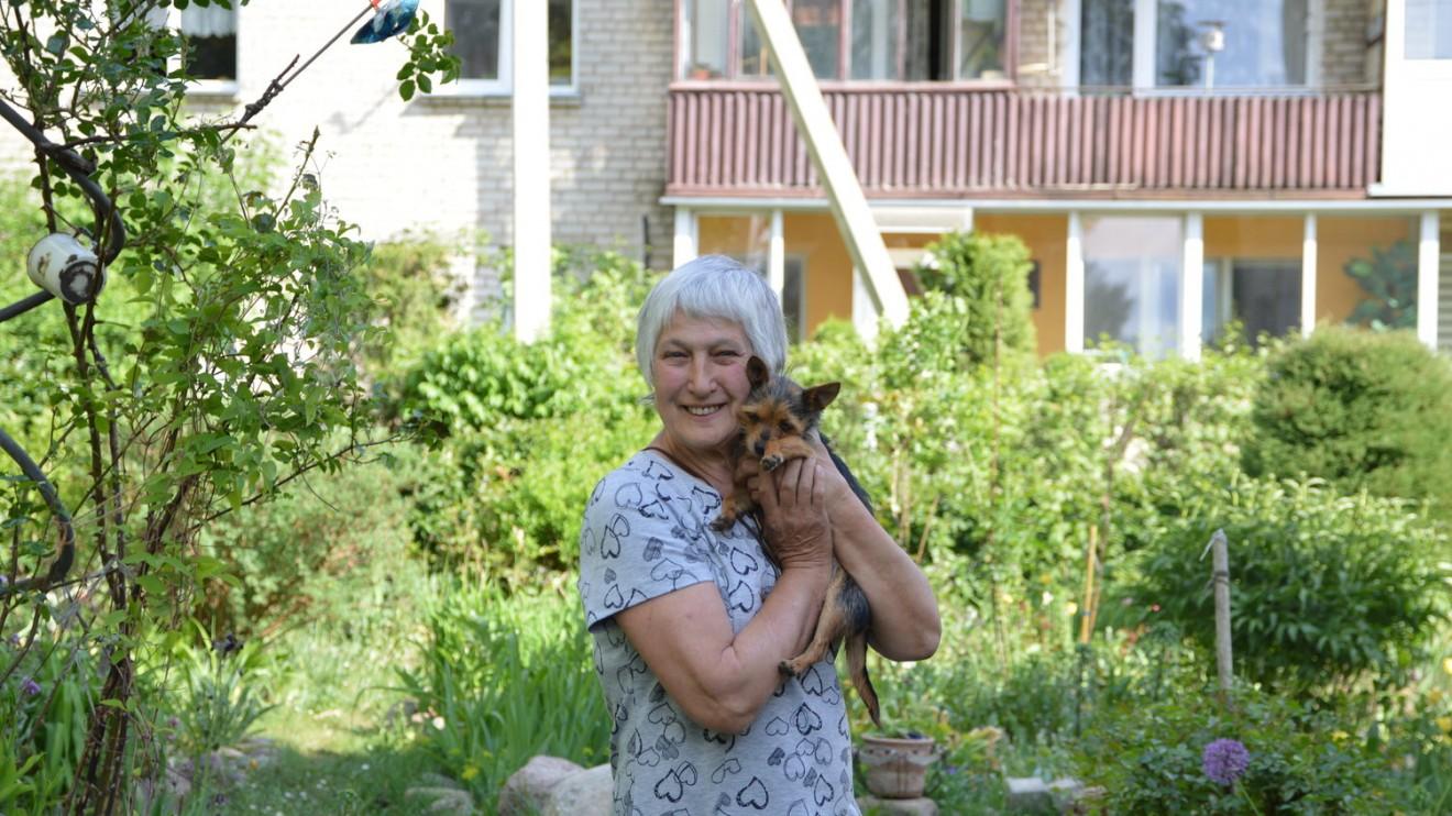 Alytiškė Stasė prie savo gėlių darželio.