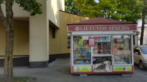 """Prie """"Sodros"""" pastato stovintis spaudos kioskas skaičiuoja paskutines savo dienas. Ar jums trūks tokių kioskų mieste?"""