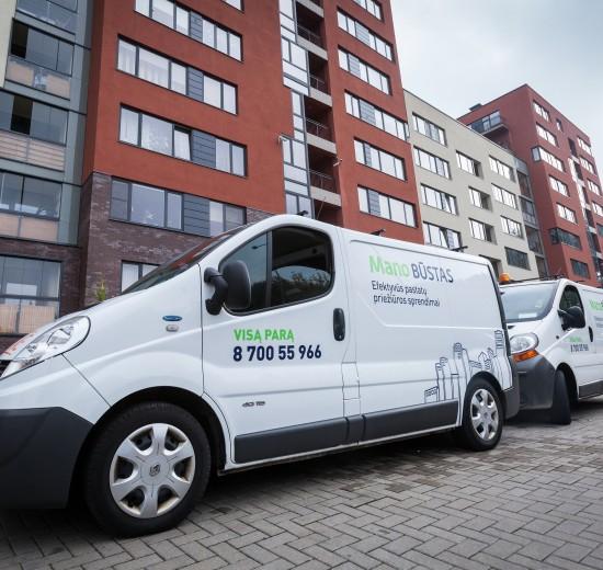 """Daugiabučius prižiūrinčios įmonės """"Mano Būstas"""" avarinės tarnybos automobiliai aprūpinti specialiai kovoje prieš vamdzynų užšalimus naudojamomis priemonėmis: transportuojamais dujiniais ar elektriniais šildytuvais, šildymo fenais."""