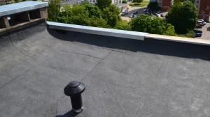 Daugiabučių priežiūros specialistai pataria apšiltinti namo stogą, nes tai ženkliai sutaupys šilumos name.