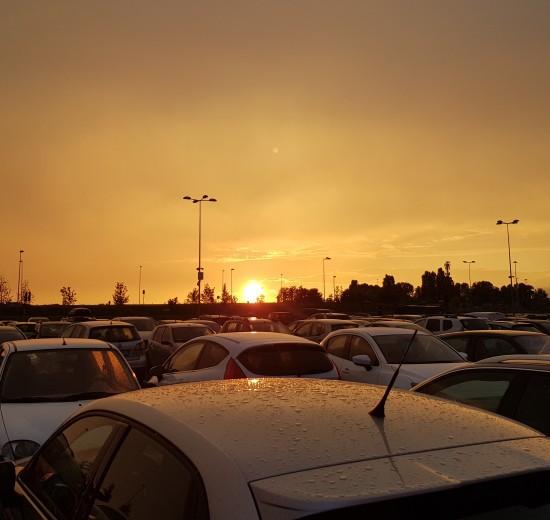 Automobilių mieste daugėja, tad rasti vietą daugiabučių kieme ar centre tampa tampa nelengva užduotimi.
